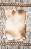 Folha de papel envelhecida e a corda na madeira velha Foto de Stock