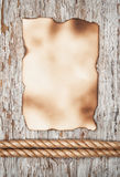 Folha de papel envelhecida e a corda na madeira velha Imagens de Stock Royalty Free