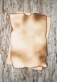 Folha de papel envelhecida na madeira velha Foto de Stock Royalty Free
