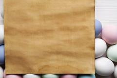 Folha de papel feito a mão e ovos coloridos no fundo de madeira foto de stock royalty free