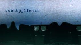 Folha de papel de Job Application Word Typing Centered no áudio velho da máquina de escrever filme