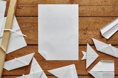Folha de papel no centro de objetos dobrados imagens de stock