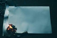 Folha de papel queimada na obscuridade imagens de stock royalty free