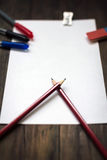 Folha de papel vazia, lápis, eliminador na mesa de madeira escura Fotografia de Stock Royalty Free