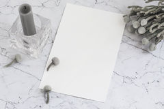 Folha de papel vazia no mármore com flores e vela do brunia Imagem de Stock Royalty Free