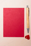 Folha de papel vazia o coração e a pena na tabela Fotos de Stock Royalty Free
