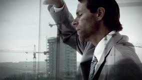 Folha de prova da construção no homem de negócios incomodado video estoque