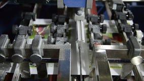 Folha deslocada impressa dobras de dobramento da máquina video estoque