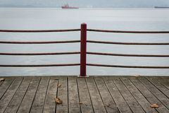 Folha desvanecida em telhas de assoalho de madeira no beira-mar fotografia de stock