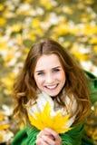 Folha do outono da terra arrendada da mulher imagens de stock royalty free