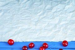 Folha do papel e da cereja amarrotados Imagem de Stock Royalty Free