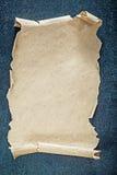 Folha do papel vazio do vintage no fundo preto Fotos de Stock Royalty Free