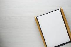 Folha do papel vazio no fundo de madeira branco com espaço da cópia imagens de stock