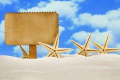 Folha e estrelas do mar do papel vazio na praia Imagem de Stock