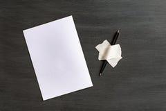 Folha e pena do Livro Branco coladas à superfície com fita adesiva imagens de stock royalty free