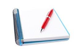 Folha em branco do caderno com pena Imagens de Stock