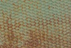 Folha ondulada de aço, superfície pintada do ferro com um grande fundo velho oxidado e do metal da corrosão com casca e pintura d fotografia de stock