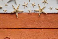 Folha vazia e shell do papel feito a mão no fundo de madeira Fotos de Stock Royalty Free