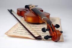 Folha velha do violino e de música fotos de stock