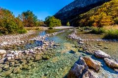 Folhagem de outono bonita brilhante em Crystal Clear Frio River, Texas Fotos de Stock Royalty Free