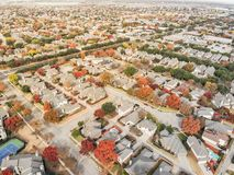 Folhagem de outono colorida da vizinhança do rancho do vale da vista aérea em s fotografia de stock