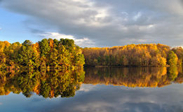 Folhagem de outono refletida na água imóvel Fotografia de Stock