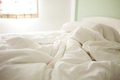 Folhas amarrotadas brancas da manhã Imagem de Stock