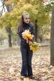 Folhas da menina e do amarelo Fotografia de Stock