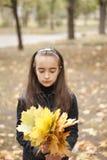 Folhas da menina e do amarelo fotos de stock royalty free