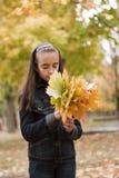 Folhas da menina e do amarelo fotografia de stock royalty free