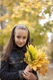 Folhas da menina e do amarelo Imagens de Stock