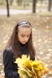 Folhas da menina e do amarelo imagem de stock royalty free