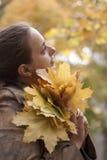 Folhas da mulher e do amarelo foto de stock royalty free