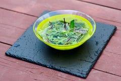 Folhas da salada na placa com água imagens de stock