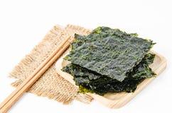 Folhas de alga secas do nori japonês do alimento fotografia de stock royalty free