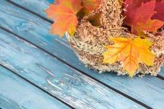 Folhas de bordo em uma cesta imagem de stock royalty free