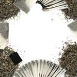 Folhas de chá e fundo verdes secos dos saquinhos de chá Imagem de Stock