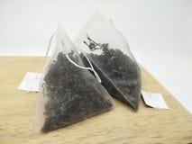 Folhas de chá no saquinho de chá imagem de stock royalty free
