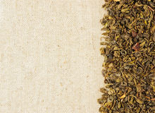 Folhas de chá verde secas em um sackcloth Foto de Stock
