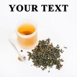 Folhas de chá verdes com o copo do chá Fotografia de Stock