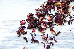 Folhas de chá vermelhas secas no fundo de madeira Imagem de Stock