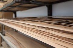 Folhas de folheado armazenadas em uma prateleira imagens de stock