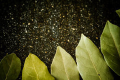 Folhas de louro em uma mesa de mármore preta Foto de Stock Royalty Free