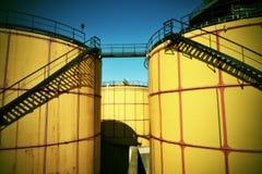 Folhas de metal velhas l tanques no central energética, tipo da planta de fábrica Imagem de Stock