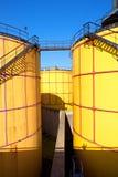 Folhas de metal velhas l tanques no central energética, tipo da planta de fábrica Imagem de Stock Royalty Free