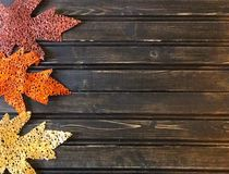 Folhas de outono com fundo de madeira Foto de Stock