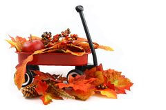 Folhas de outono em um vagão vermelho imagens de stock royalty free