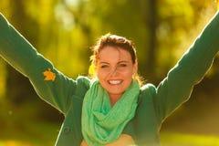 Folhas de outono de jogo da mulher feliz no parque Fotos de Stock
