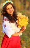 Folhas de outono nas mãos da menina Fotografia de Stock