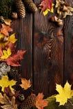 Folhas de outono no fundo de madeira com espaço da cópia Foto de Stock